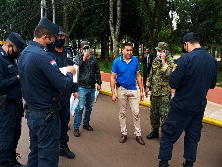 Investigan. El policía (azul) recibió un golpe en la cabeza.