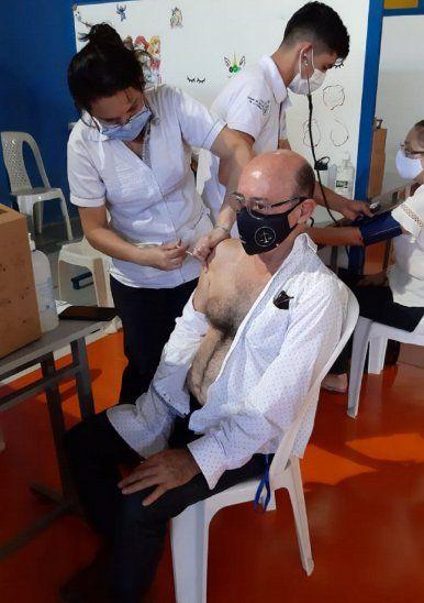 Vergüenza: Más de cien personas  se  vacunaron sin tener 85 años