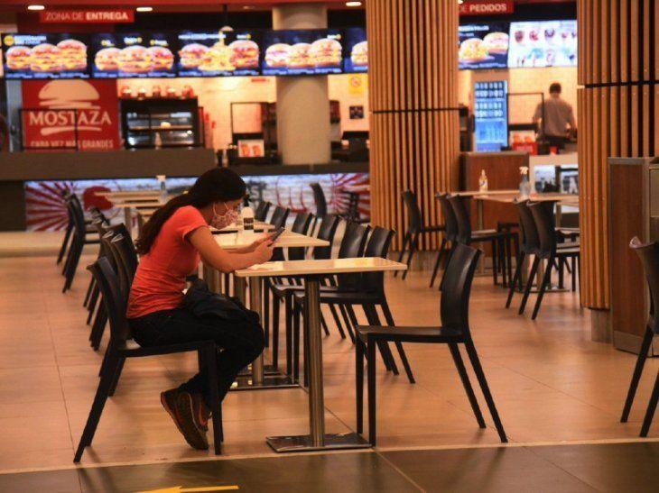 Casi vacíos. Restaurantes y patios tienen menos clientes a pesar de abrir hasta medianoche.