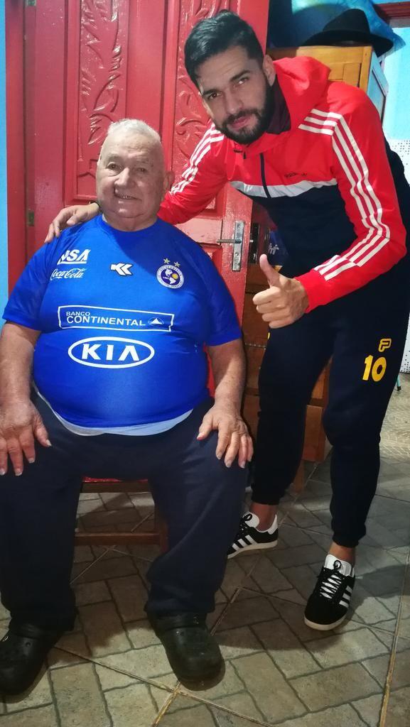 Lindo gesto. Ricardo regaló la camiseta de Sol al abuelo.