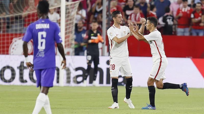 JesúsNavas(d) celebra tras marcar el primer gol ante el Ujpest. Foto: EFE