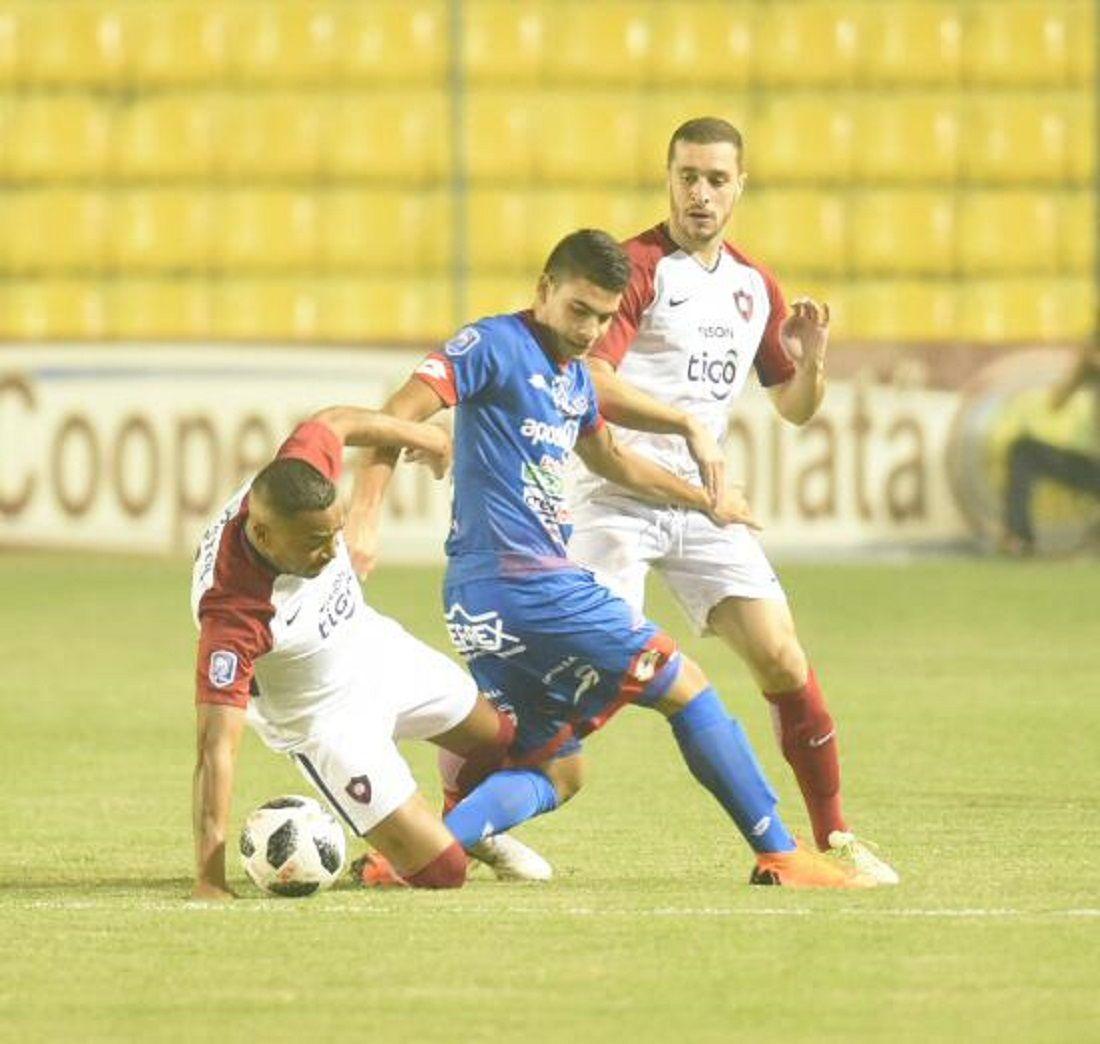 Jugadores de Cerro e Independiente disputan el balón. Foto: Andrés Catalán