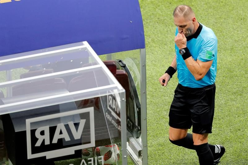 El arbitro argentino Néstor Pitana consulta al VAR. Foto: EFE
