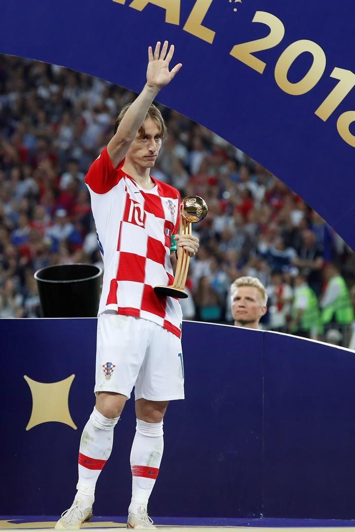 Modric saca un pase durante la final contra Francia. Foto: EFE