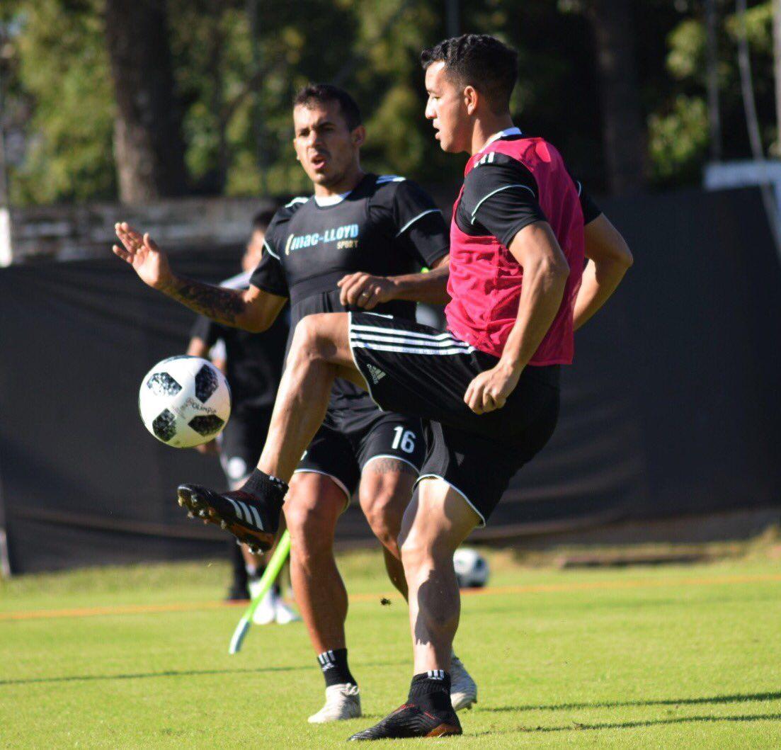 Néstor Camacho domina el balón ante la mirada de Sergio Vergara. Foto: Prensa Club Olimpia