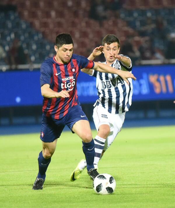 Rodrigo Rojas maneja el balón ante el acoso de un jugador de Talleres. Foto: Andrés Catalán