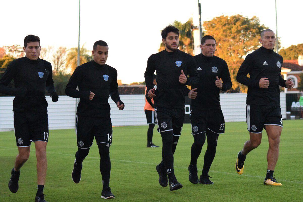 Jugadores de Olimpia realizan ejercicios. Foto: Gentileza Club Olimpia