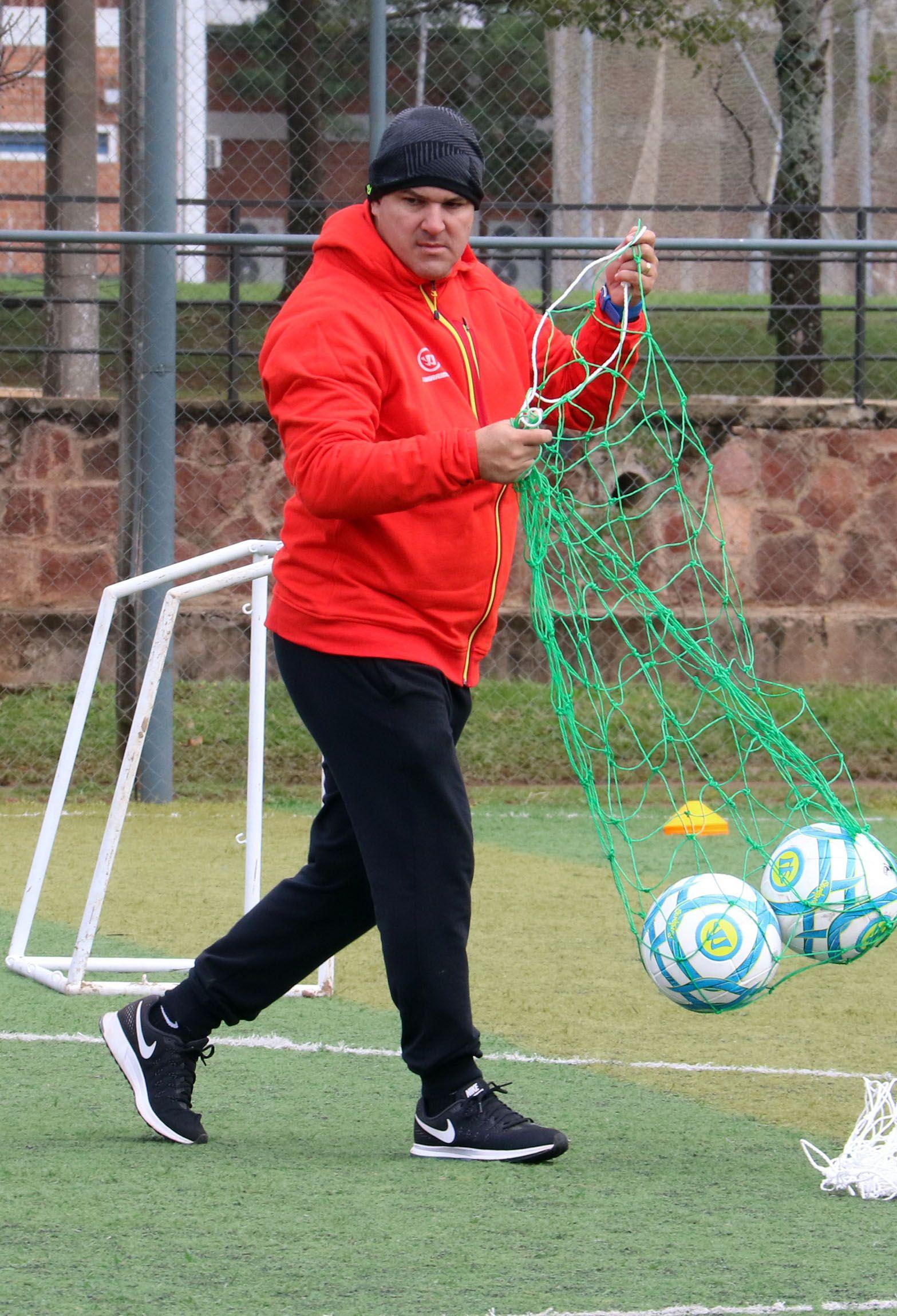 Juberodirige un entrenamiento de fútbol para niños. Foto: EFE