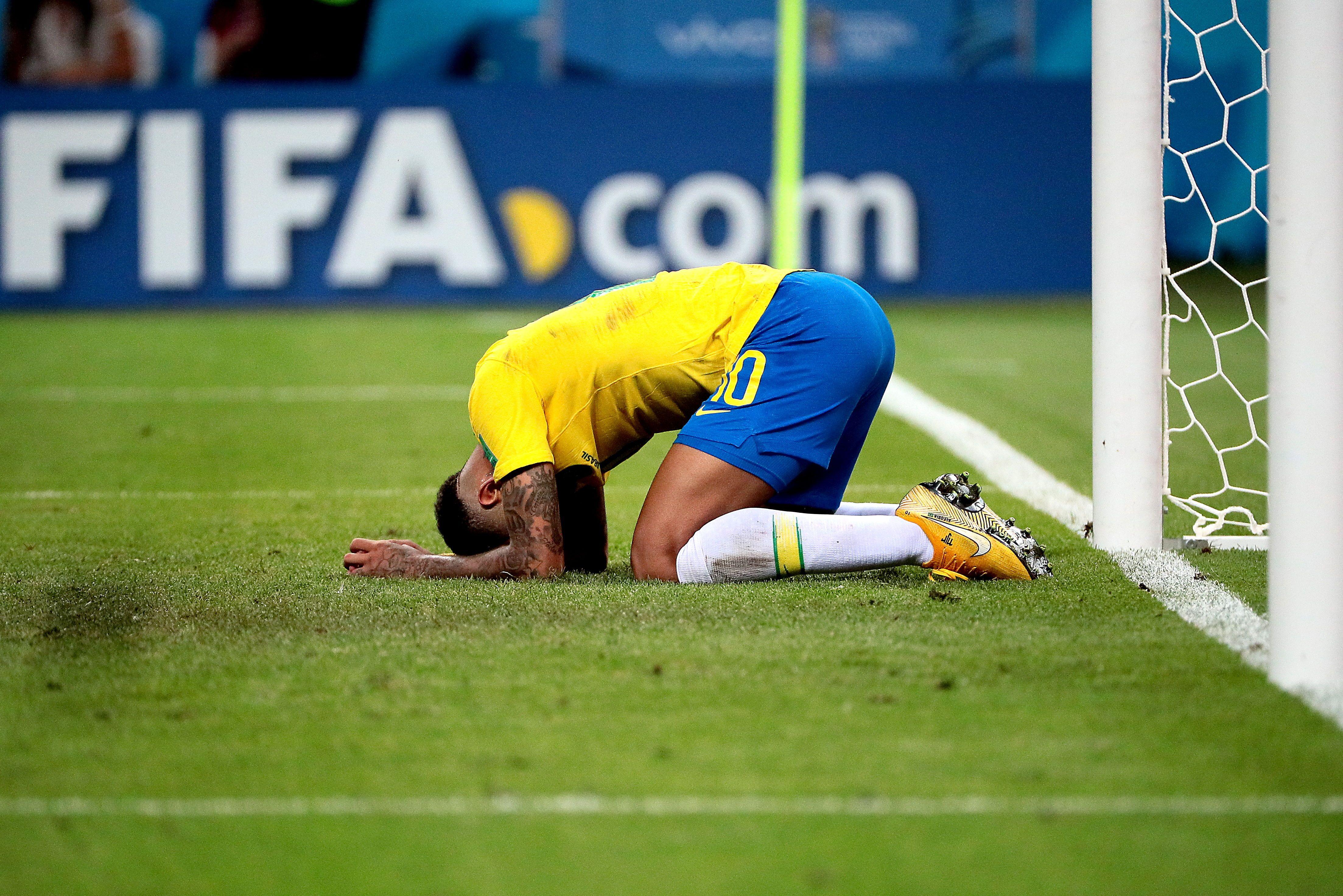 Neymar se lamenta tras la eliminación de Brasil. Foto: EFE