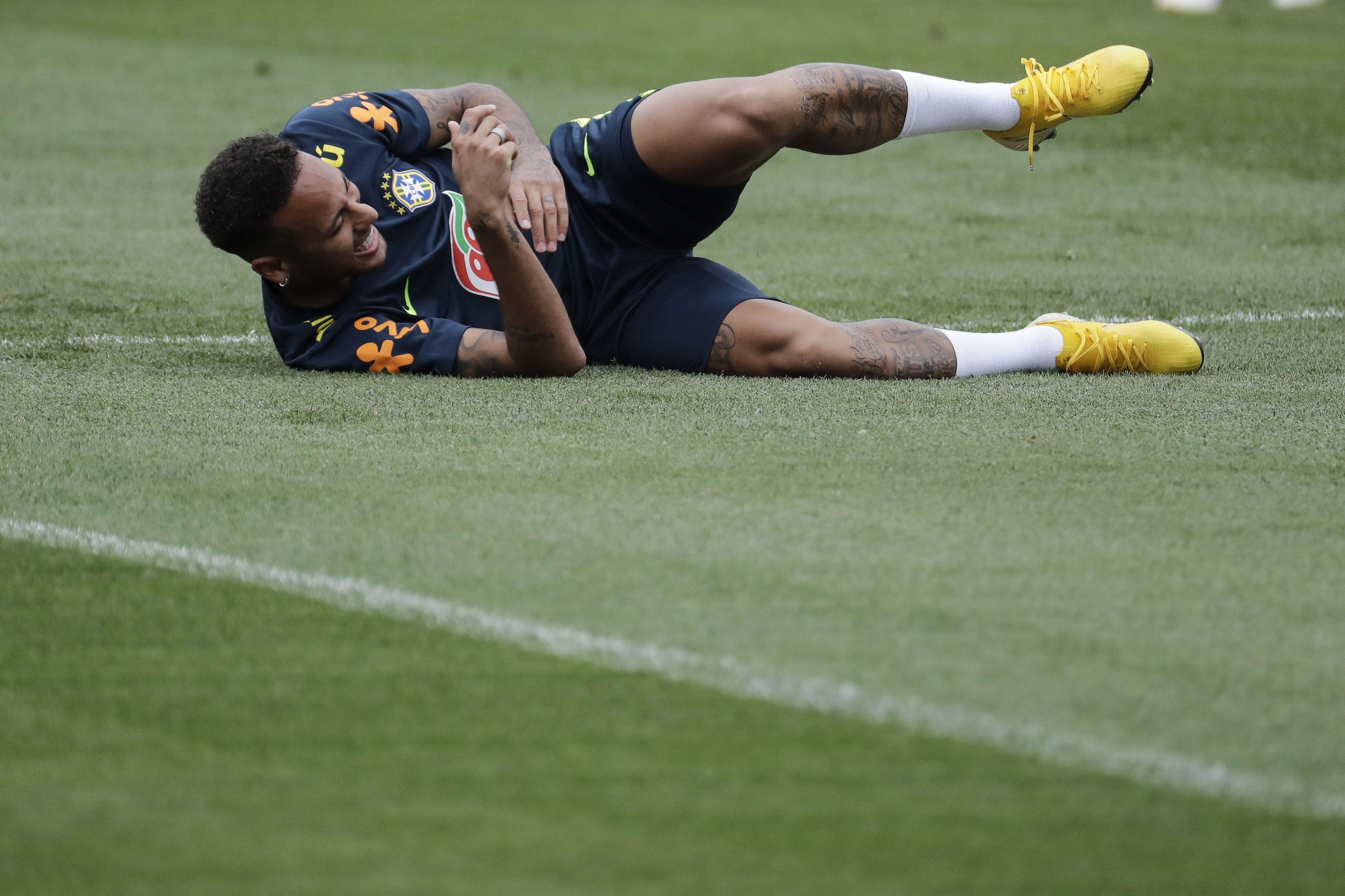 Rivaldo le pide a Neymar ignorar críticas de otros países y seguir cayendo. Foto: EFE