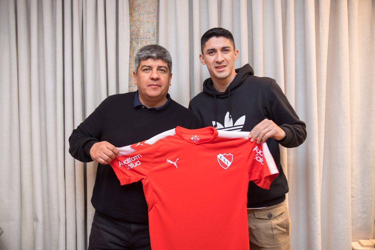 Pablo Hernández posa con la remera de Independiente. Foto: Gentileza