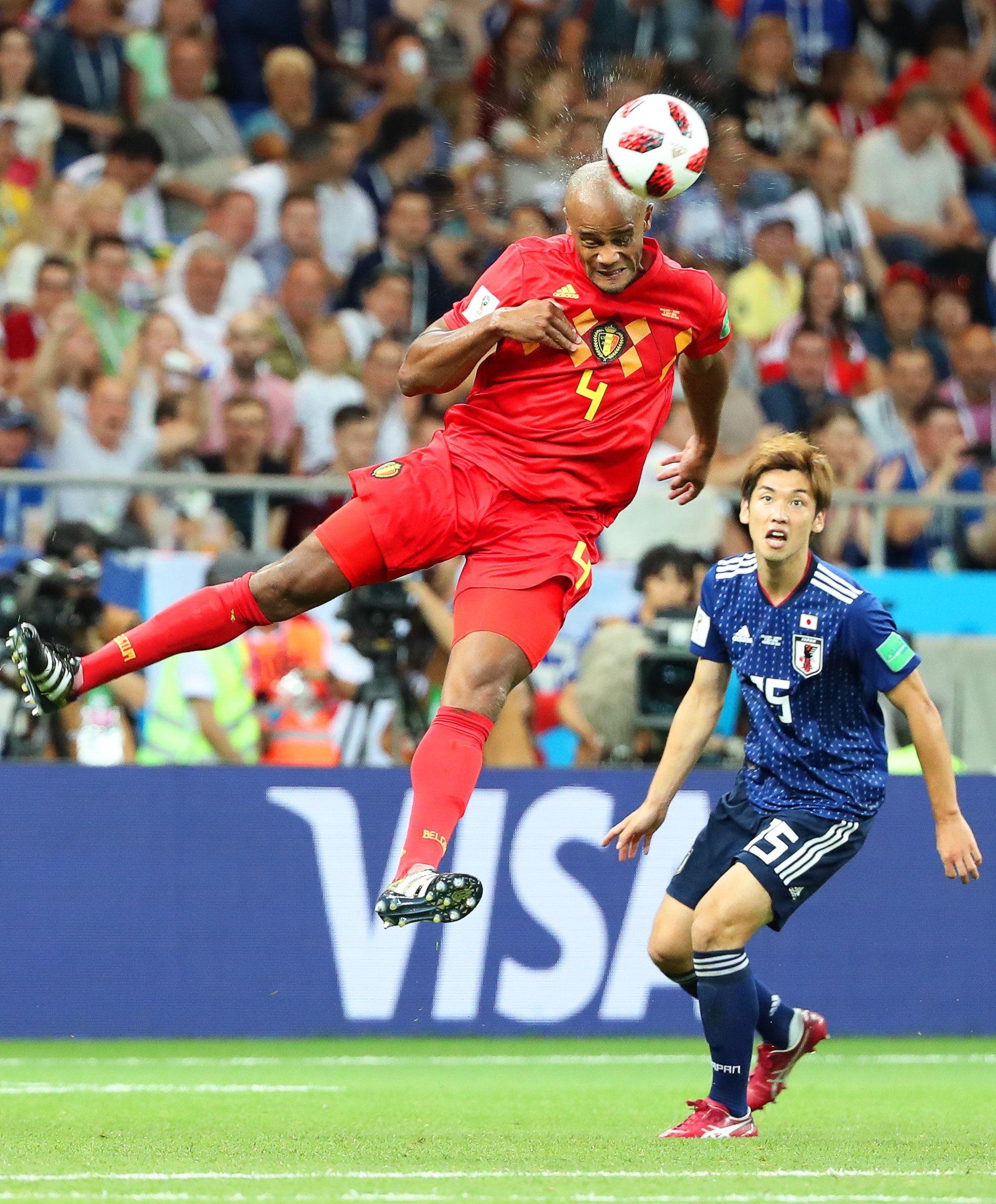 Kompany se eleva para despejar un balón. Foto: EFE