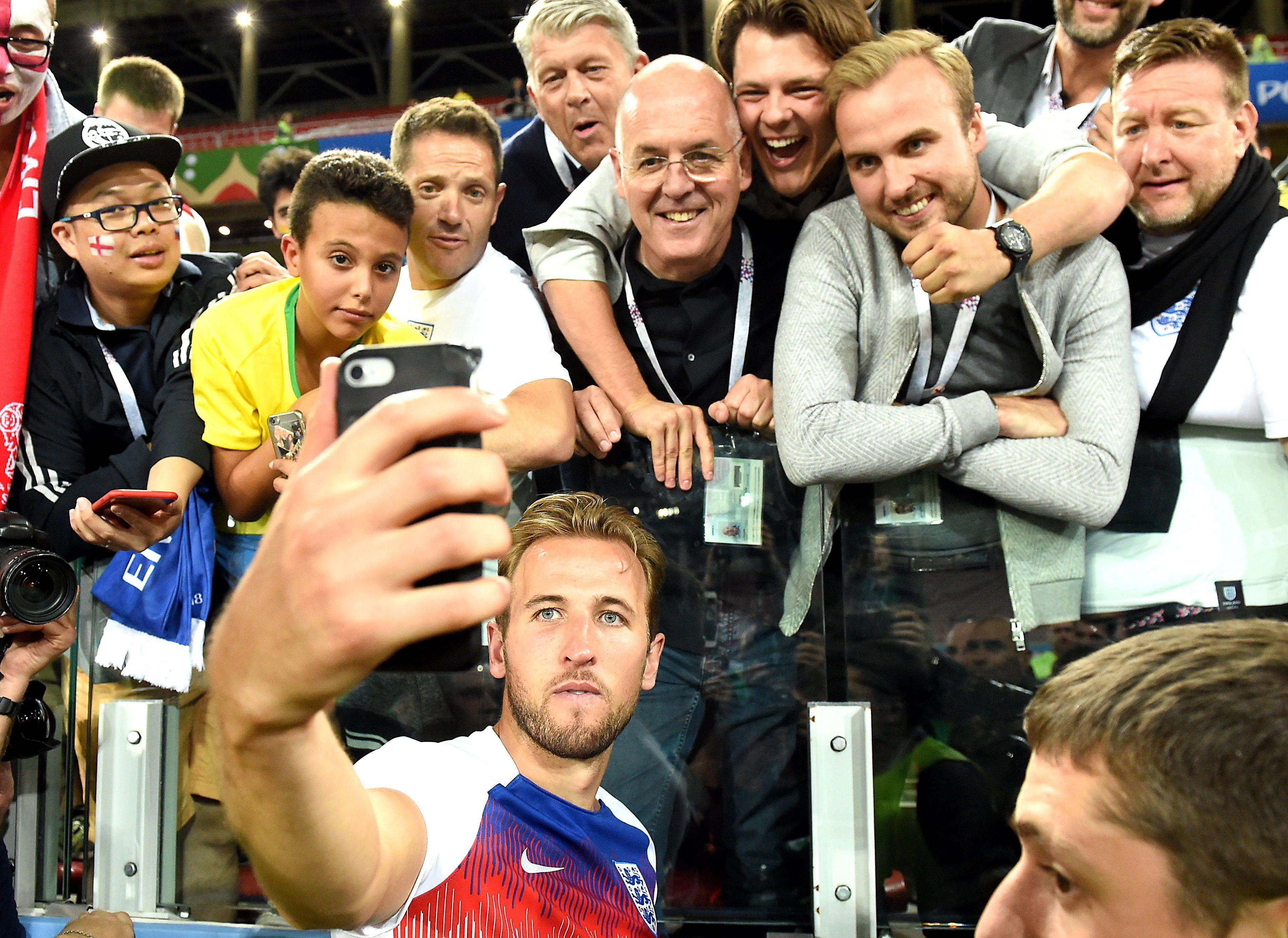 Kane se saca una selfie con los hinchas tras el partido. Foto: EFE