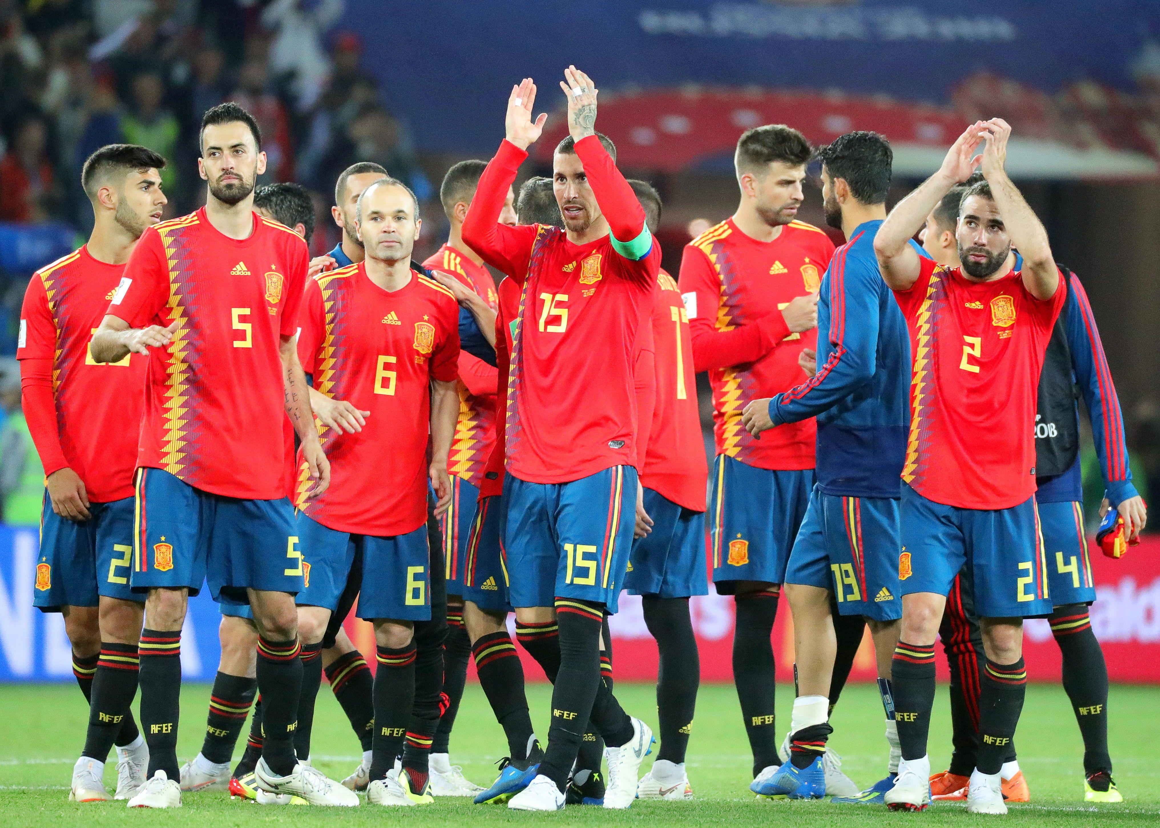 Jugadores de España saludan tras la finalización de un partido. Foto: EFE