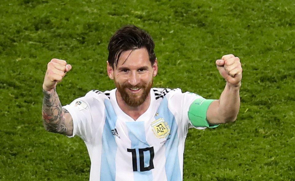 Leo Messi levanta las manos tras el partido contra Nigeria. Foto: EFE