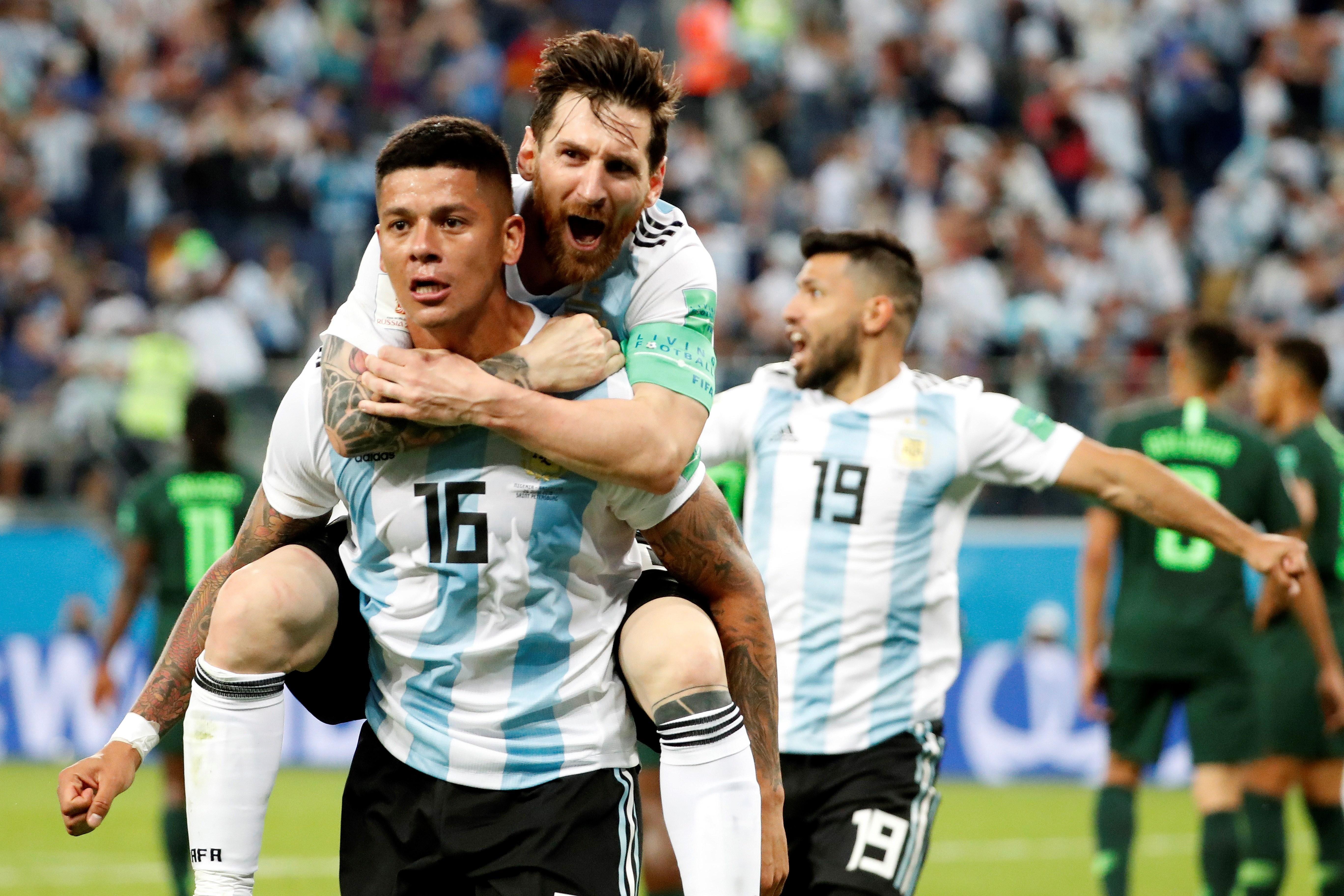 Lionel Messi celebra con Marcos Rojo el segundo gol de Argentina. Foto: EFE