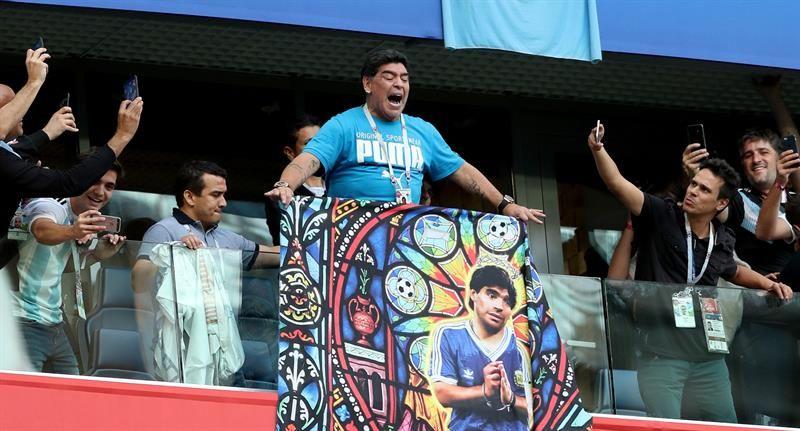Maradona causó sensación con su baile. Foto: EFE