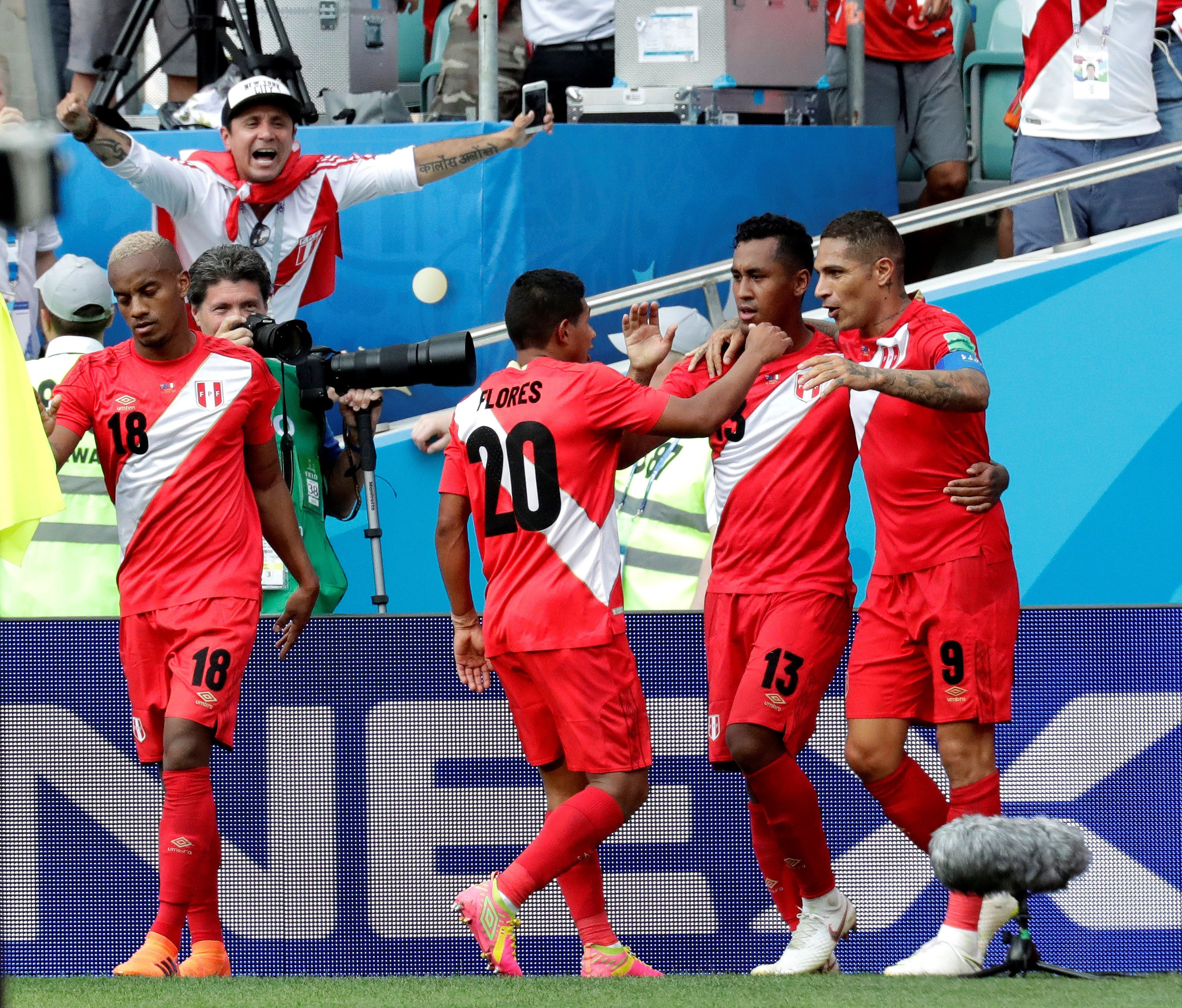 Jugadores de Perú celebran el gol de Paolo Guerrero. Foto: EFE