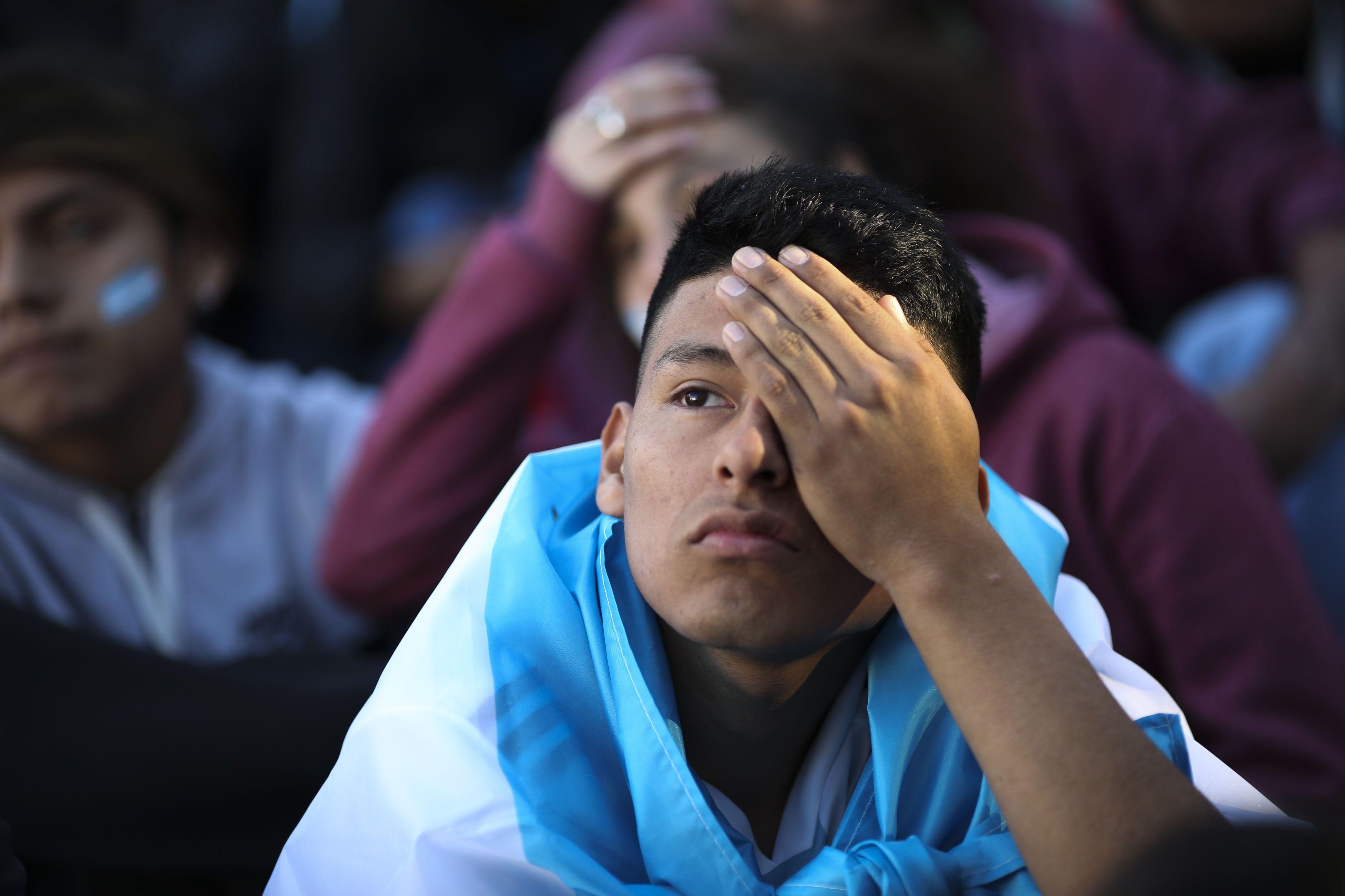 Un aficionado observa el partido de Argentina ante Croacia. Foto: EFE