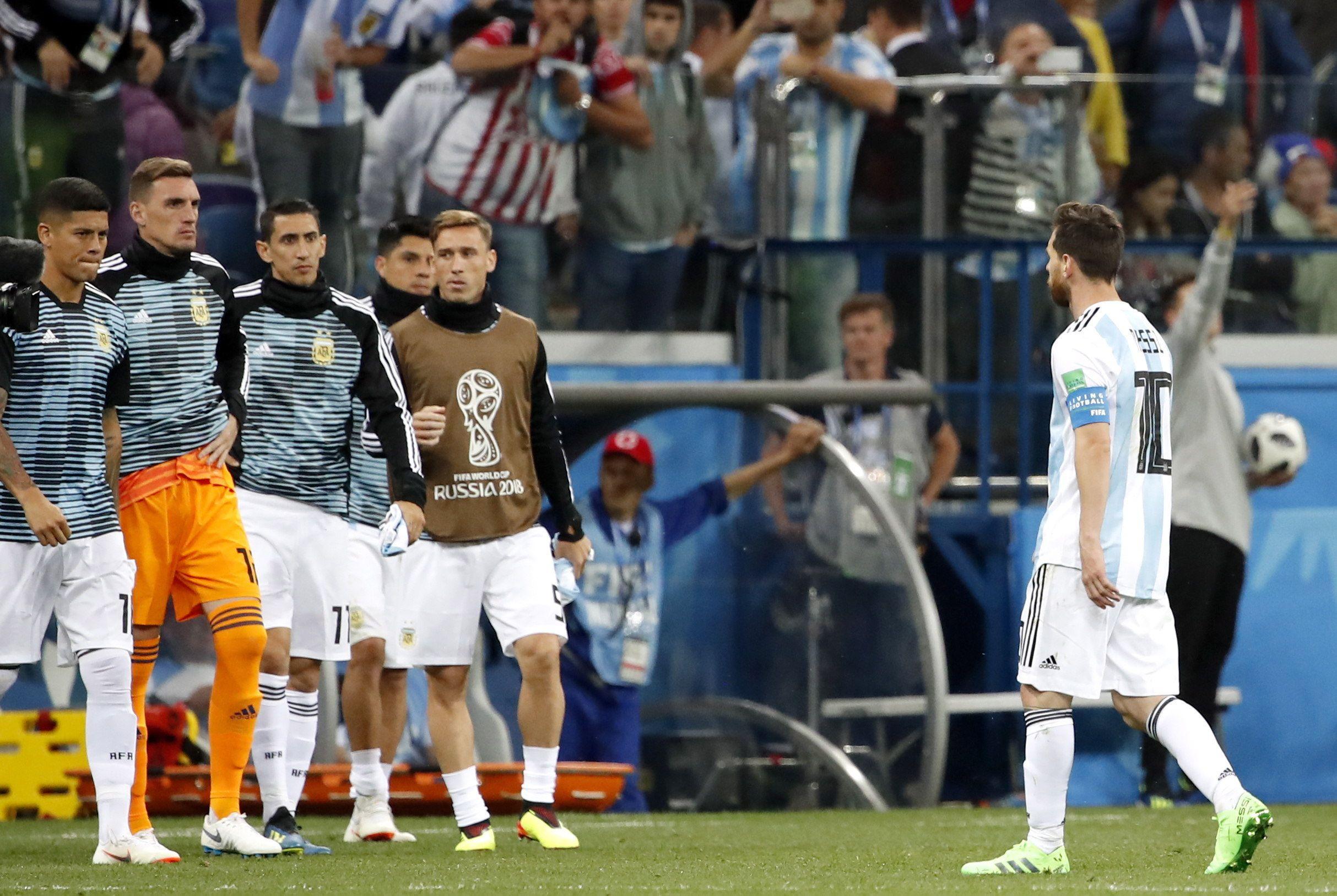 Leo Messi se retira del campo. Foto: EFE