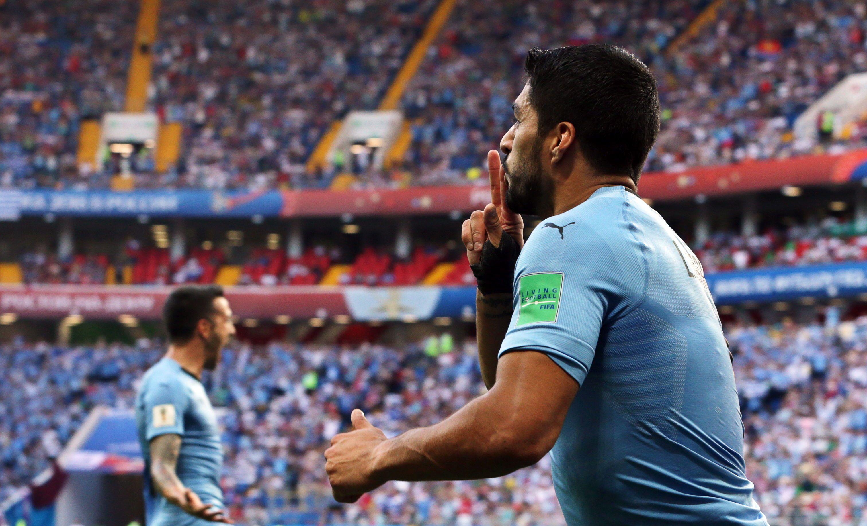 Suárez desenfunda y clasifica a Uruguay.Foto: EFE