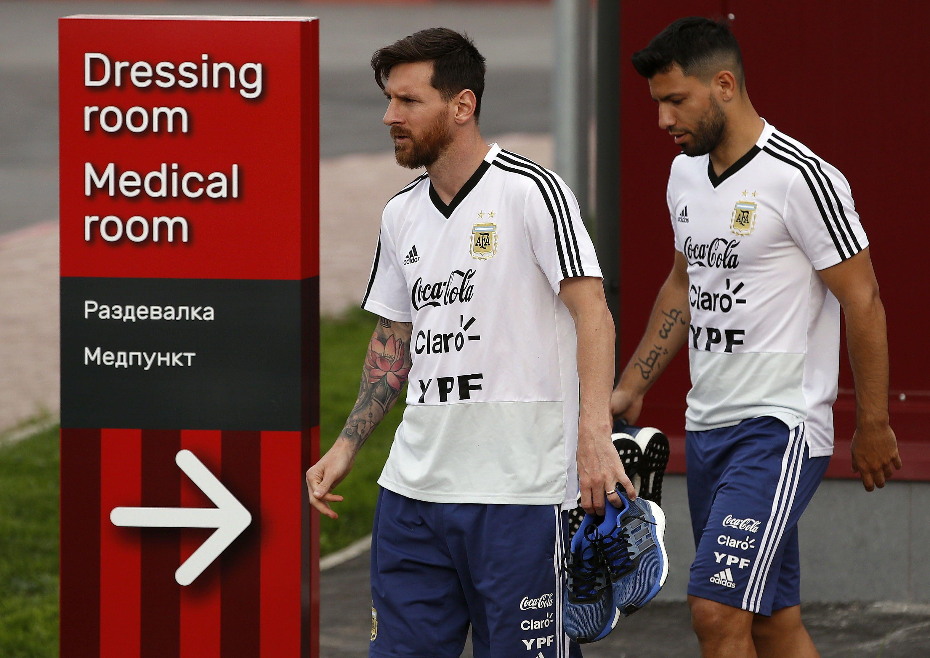 Messi sale junto a Sergio Agüero para hacer el entrenamiento. Foto: EFE