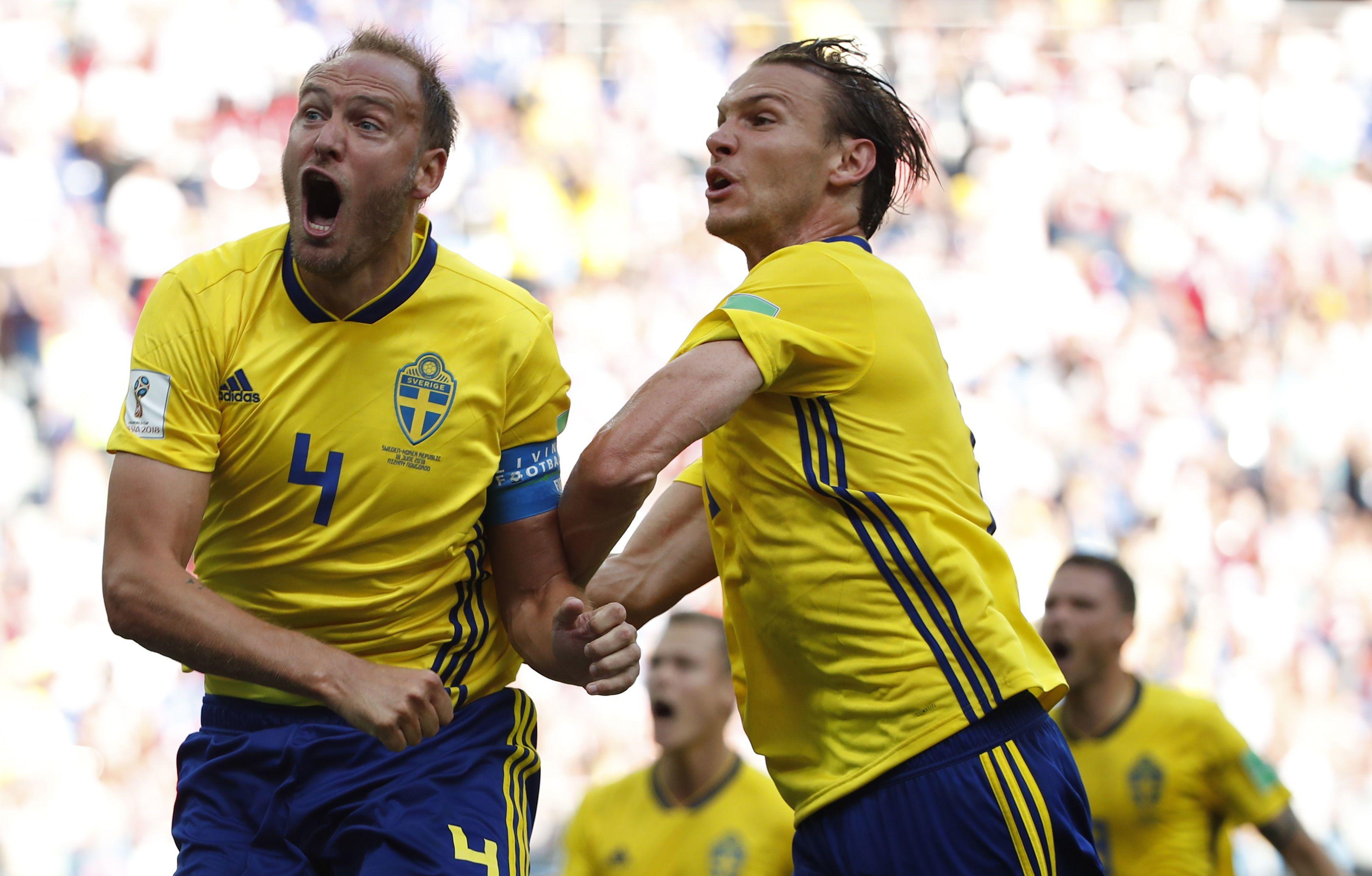 Andreas Granqvist (4) festeja la conversión del tiro penal. Foto: EFE