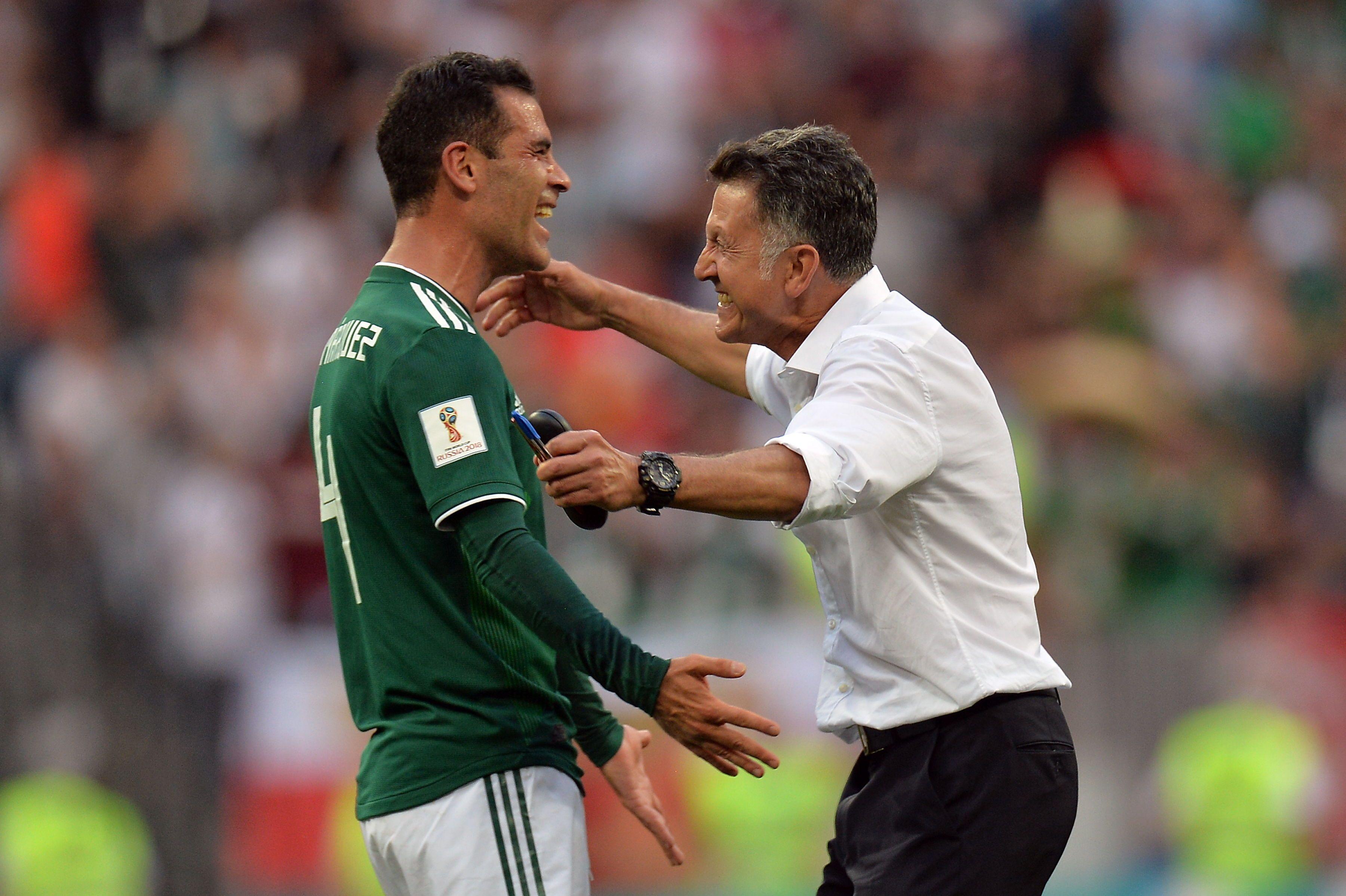Juan Carlos Osorio se abraza con Rafael Márquez. Foto: EFE