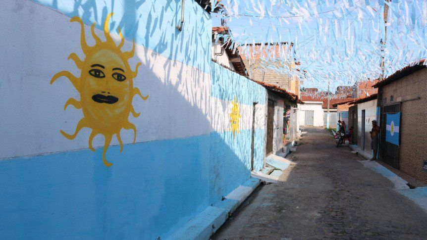 Una calle en Brasil se pinta de albiceleste. Foto: Gentileza