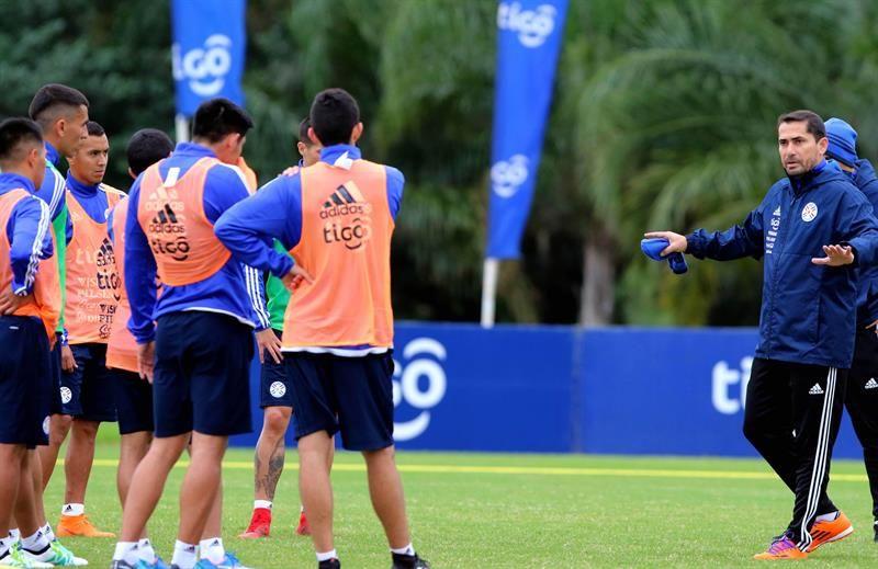 Gustavo Morínigo (d) dirige una sesión de entrenamiento. Foto: EFE
