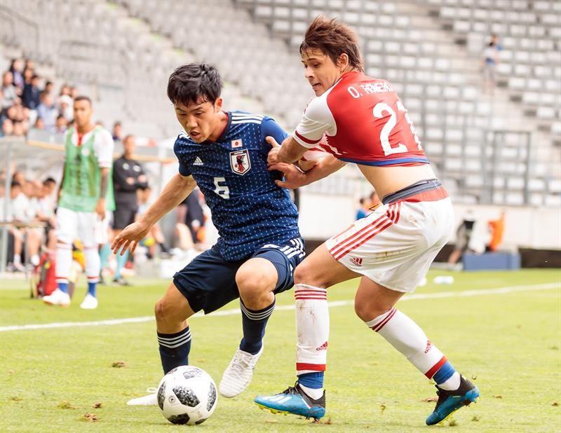 Endo (i) y el delantero paraguayo Óscar Romero (d) disputan una posesión. Foto: EFE