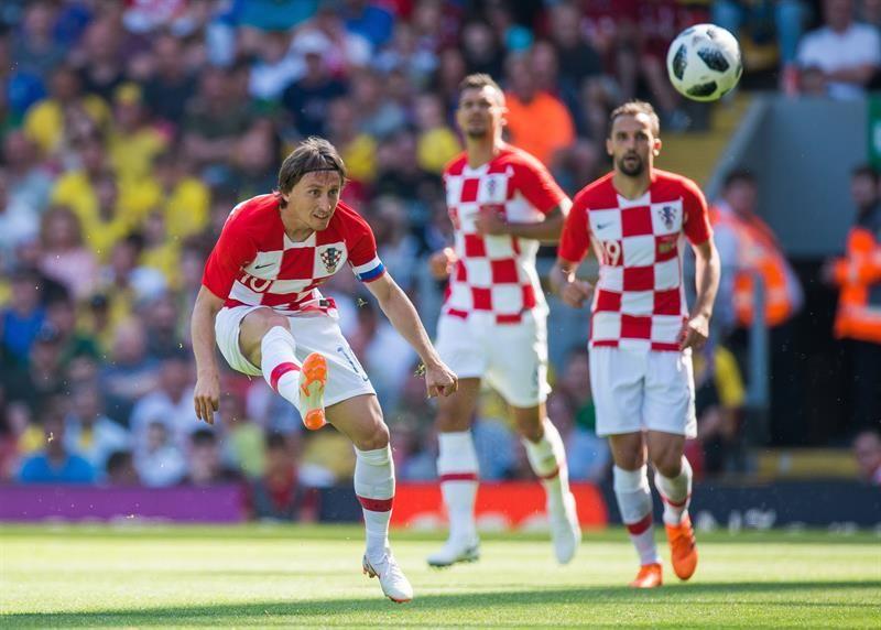 Luca Modric (L) saca un remate. Foto: EFE