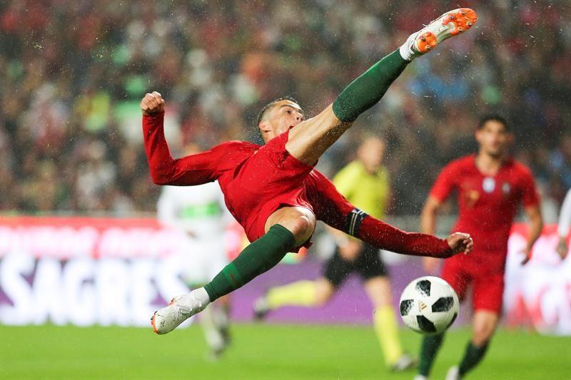 Cristiano Ronaldo dePortugalsalta por el balón. Foto: EFE