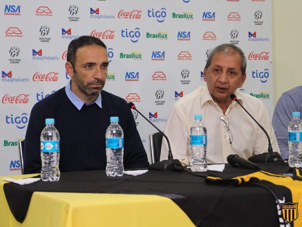 Azconzábal junto a Toti Acosta el día de su presentación. Foto: @ClubGuaraní