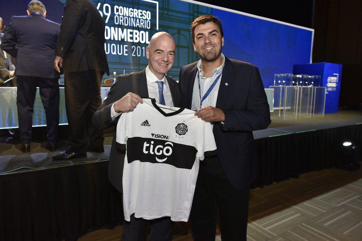 El presidente de la FIFA junto al titular de Olimpia. Foto: Twitter @franjeado