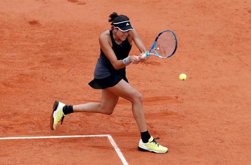 GarbiñeMuguruzadevuelve la bola a la rusa Maria Sharapova. Foto: EFE
