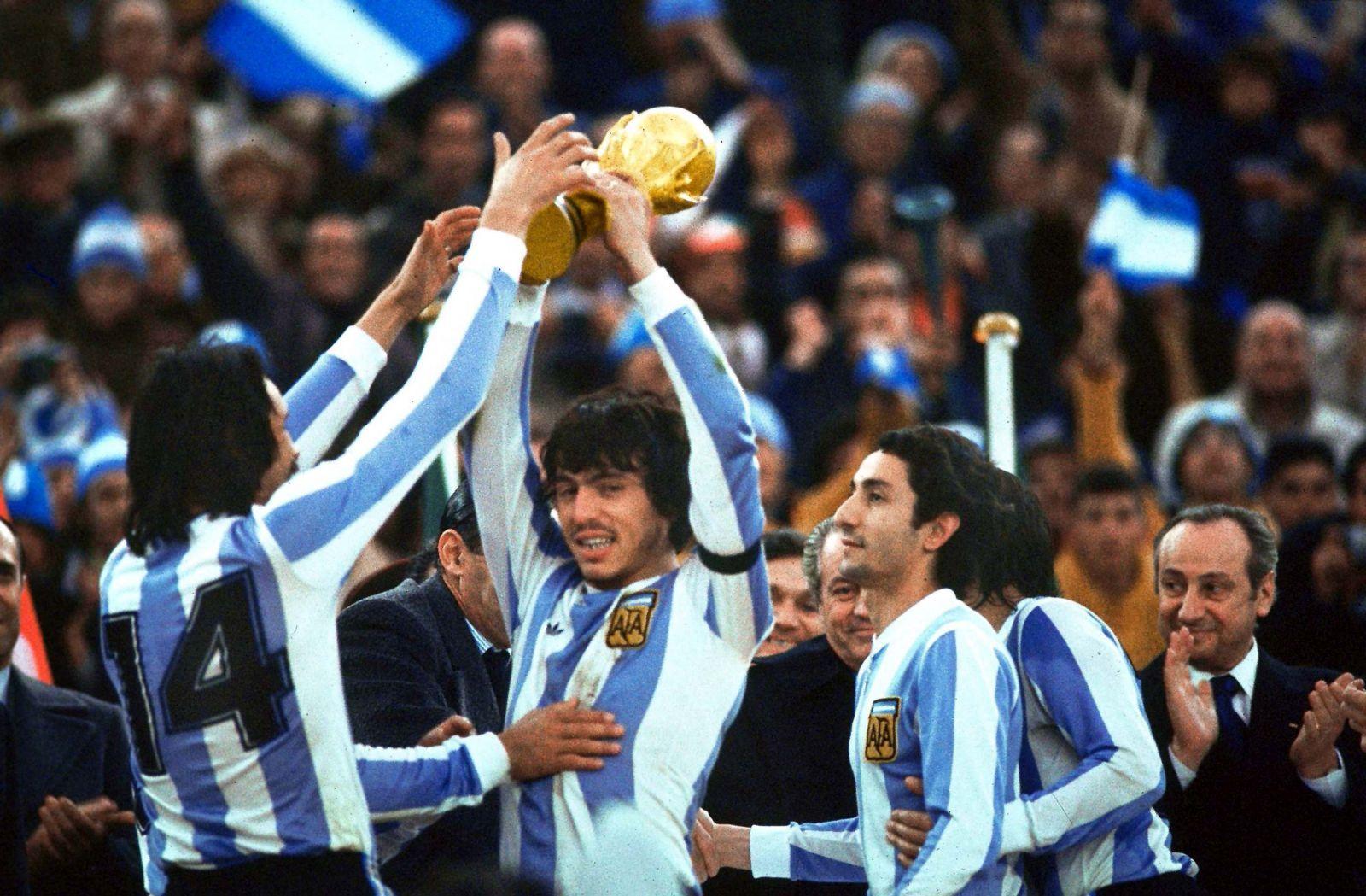 Passarella levanta el trofeo en el Mundial 78.