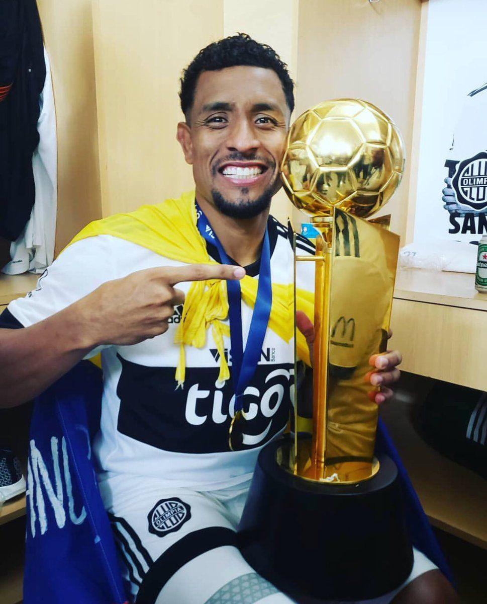 Farid Díaz y el trofeo de la 41.