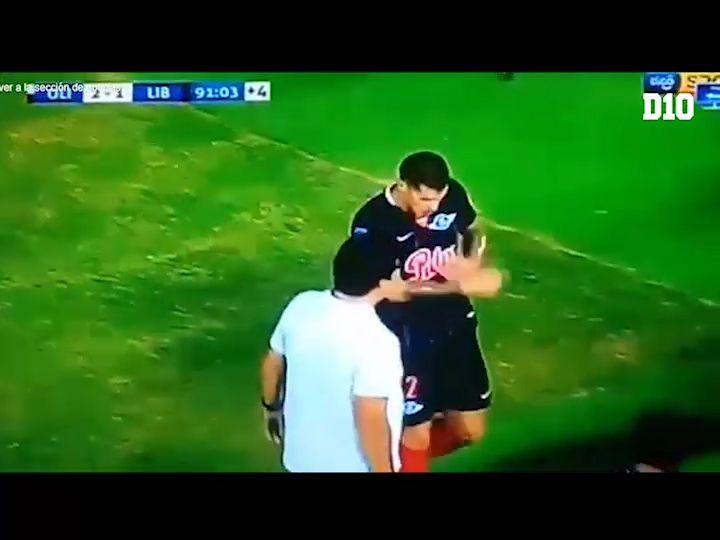 Alan Benítez hizo un gesto a la hinchada tras su expulsión.