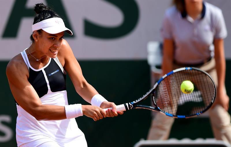 VerónicaCepedeRoyg devuelve la bola contra la checa Petra Kvitova. Foto. EFE