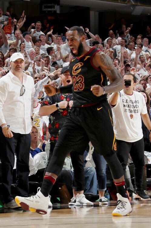 LeBron James se acercó a un triple-doble y dirigió a los Cavaliers de Cleveland a la victoria.