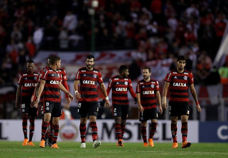 ugadores deFlamengose retiran en el descanso ante River Plate. Foto: EFE