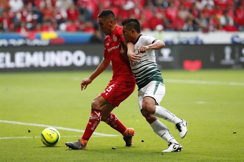 Osvaldo Martínez pelea por la pelota con un jugador del Toluca. Foto: EFE