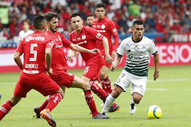 El jugador de Toluca Santiago García (2-i)