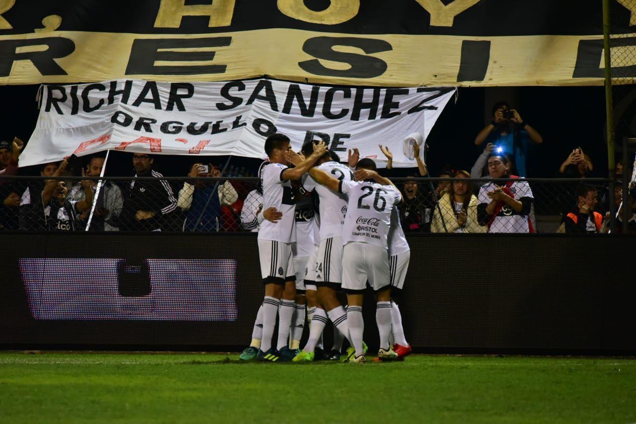 Jugadores de Olimpia celebran un gol. Foto: Fernando Calistro
