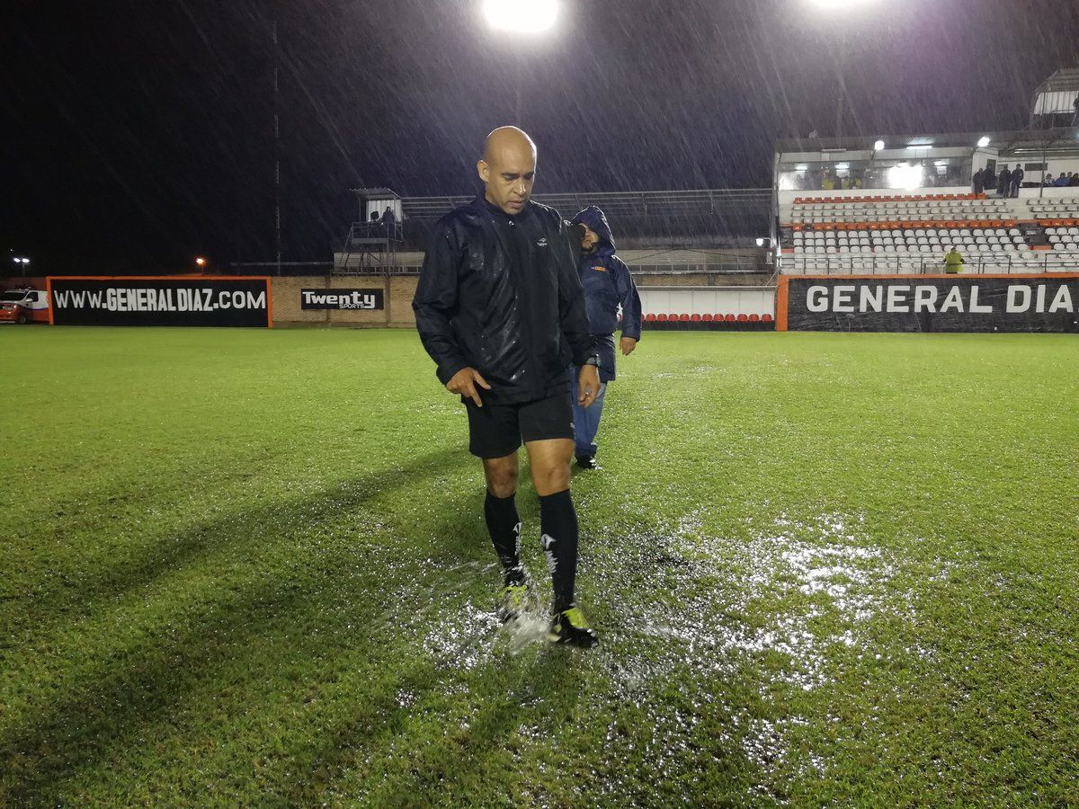 El árbitro Jorge Mercado decidió suspender el partido. Foto: General Díaz Oficial