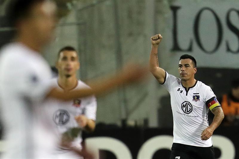Esteban Paredes (d) celebra tras anotar un gol ante Bolívar. Foto: EFE
