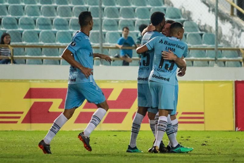 Jugadores del equipo Gremio celebran la victoria ante el equipo de Monagas. Foto: EFE