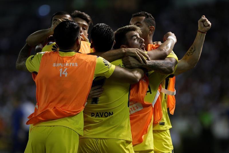 Jugadores de Boca celebran la anotación de un gol. Foto: EFE