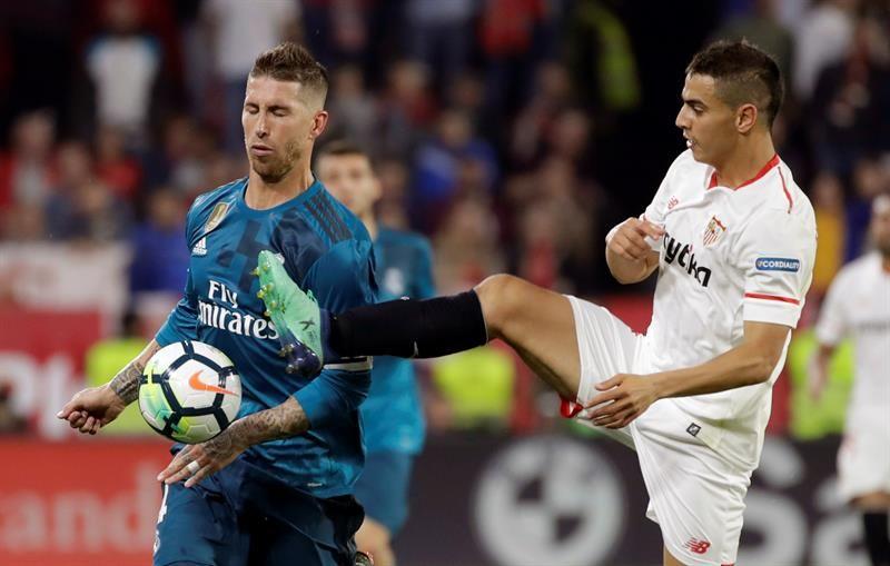 Wissam Ben Yedder (d) disputa el balón ante el defensa del Real Madrid